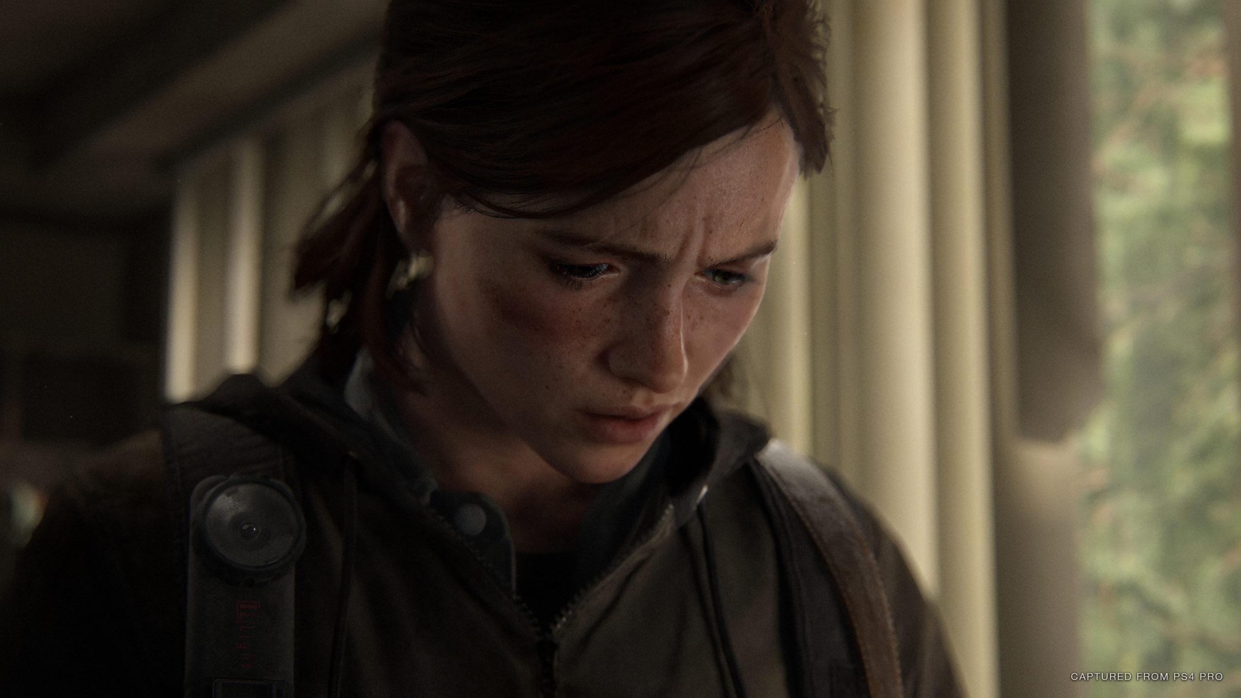 Detailreiche Ellie sieht etwas unbekanntes verwundert an